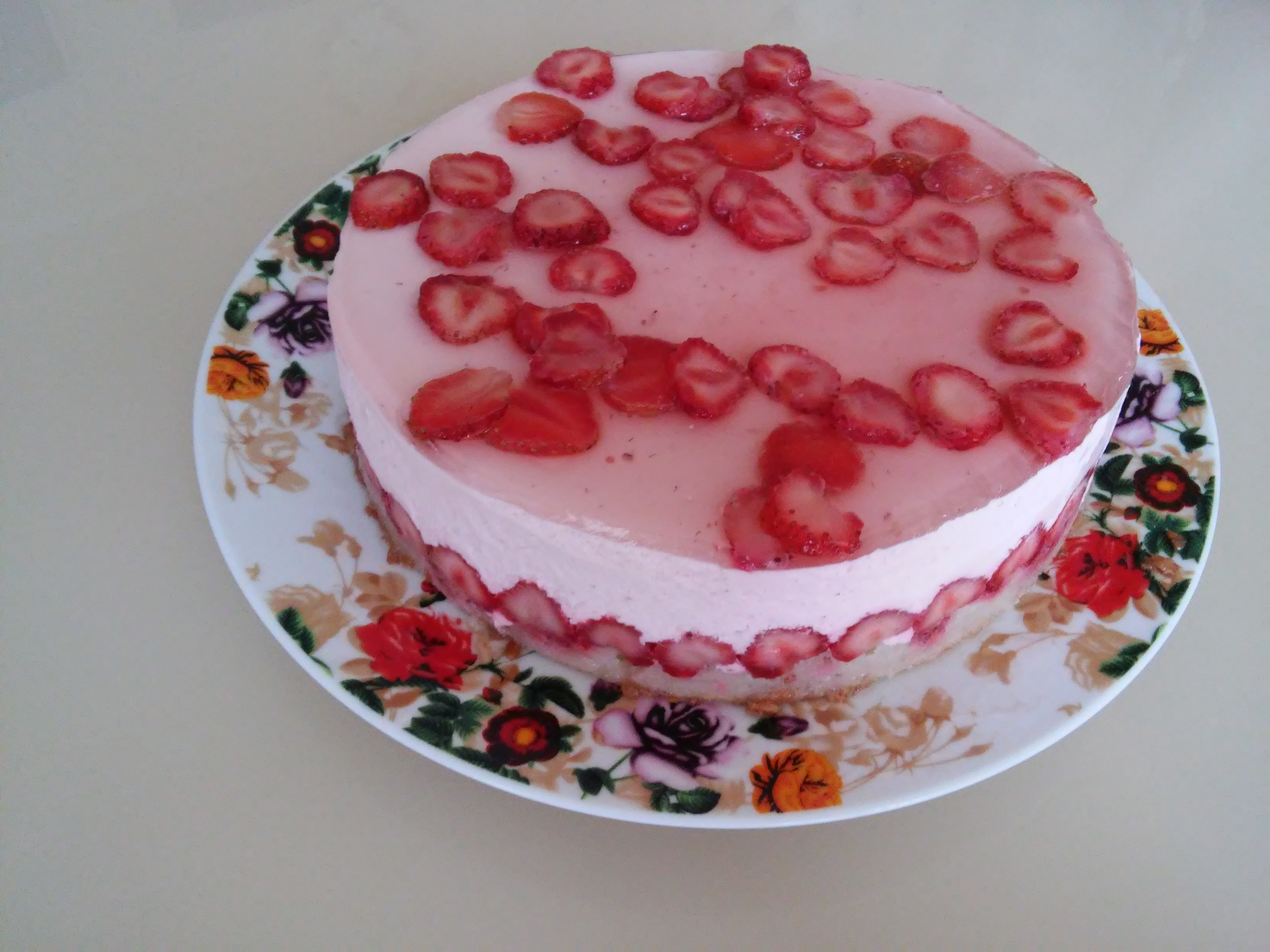 Творожный суфлейный торт с клубникой.