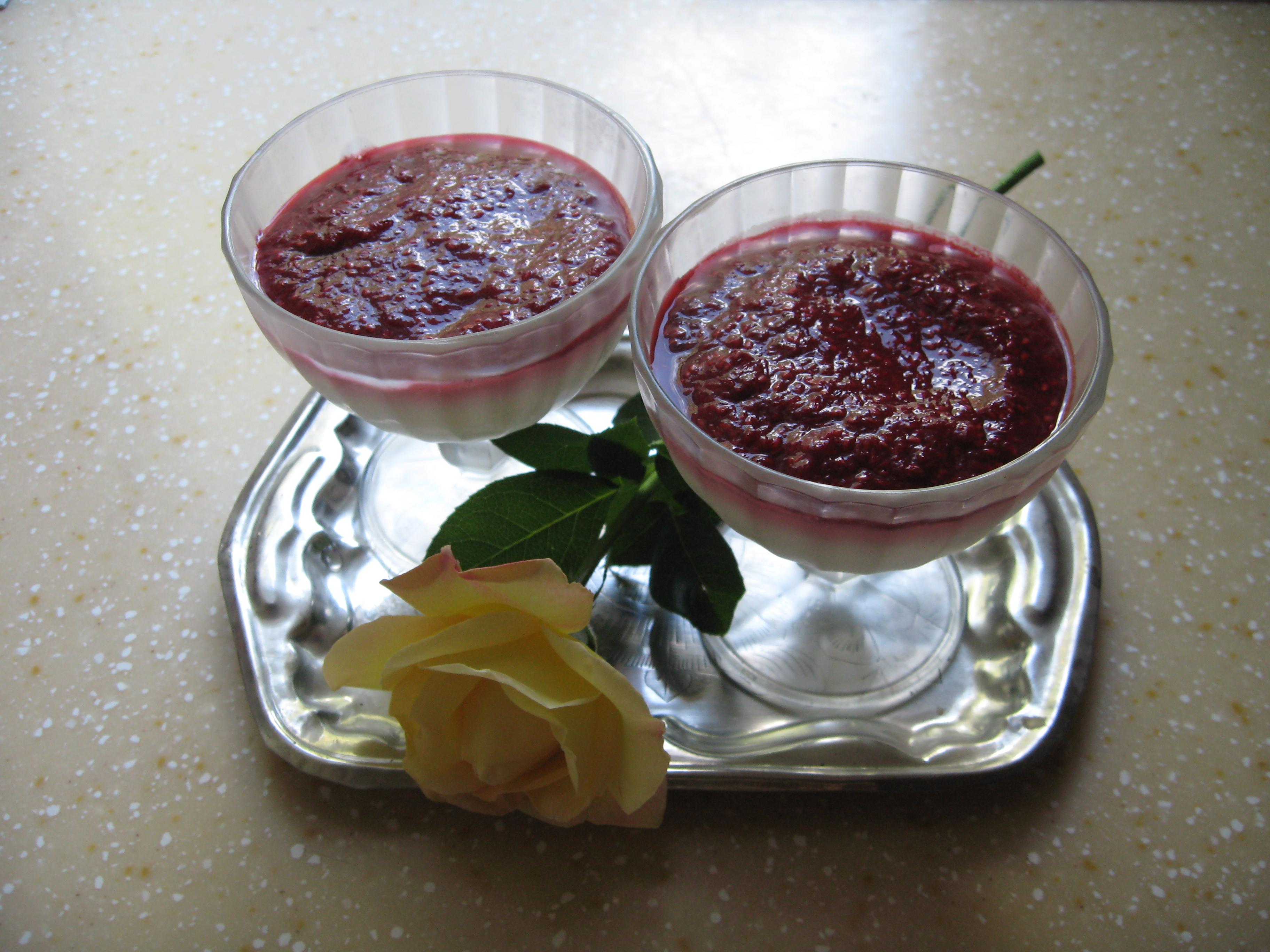 Творожный холодный десерт с малиновым пюре