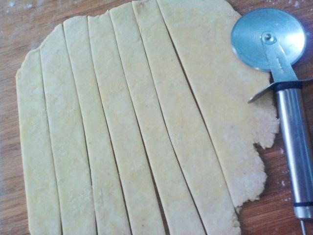 нарезать тесто на полоски
