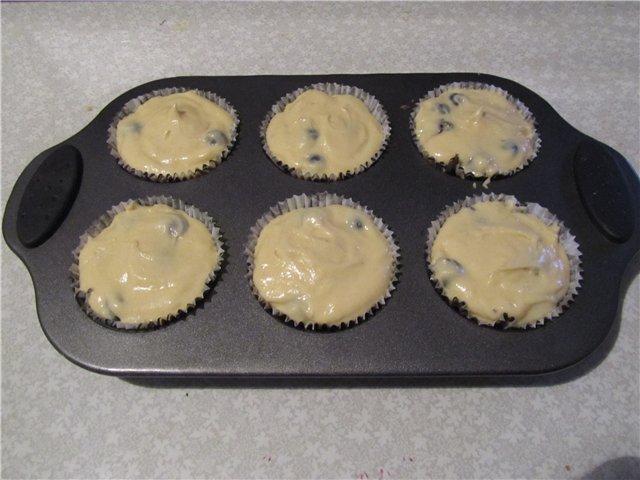 Выложить тесто в формочки для кексов