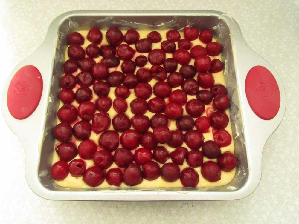 тесто выложить в форму и свкрху ягоды
