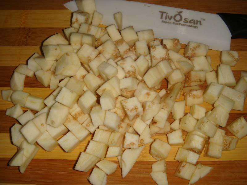 Нарезаем кубиками баклажаны