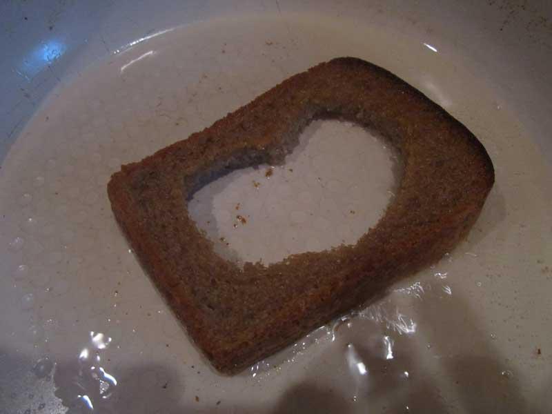 Обжарить хлеб с одной стороны