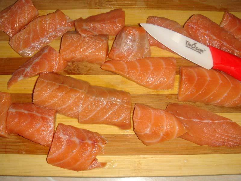 Подготовить булку и филе рыбы и курицы