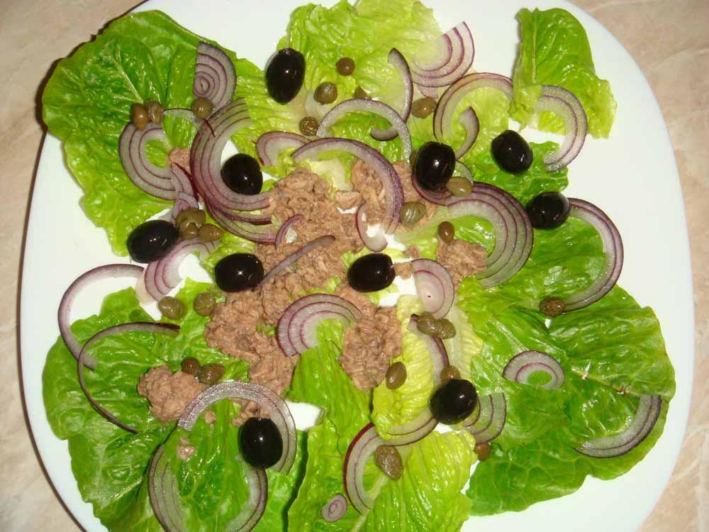 На лук положить тунец, маслины и каперсы