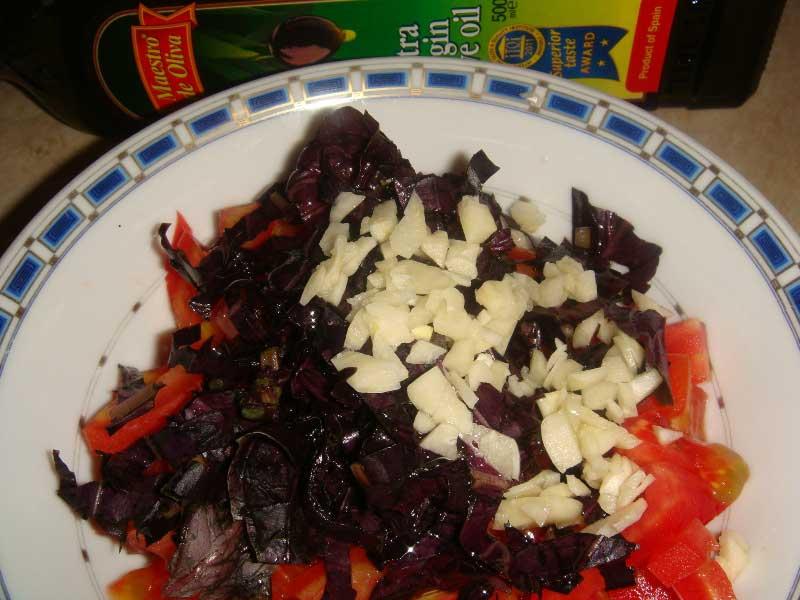 добавьте каперсы, оливковое масло, соль и перец