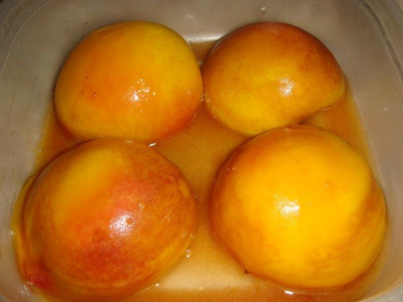 Выложить персики в вазочку и полить карамелью