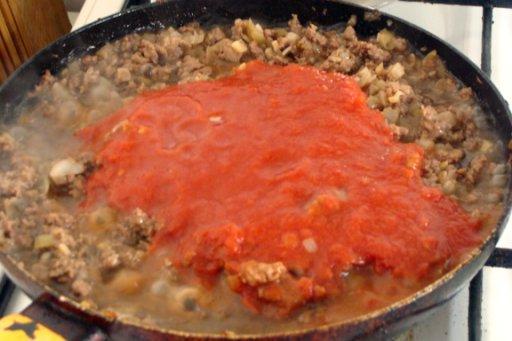заливаем все томатной пастой