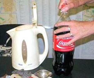 чистка чайника колой