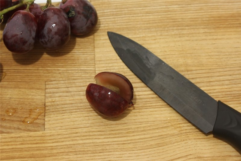 удалить из винограда косточки