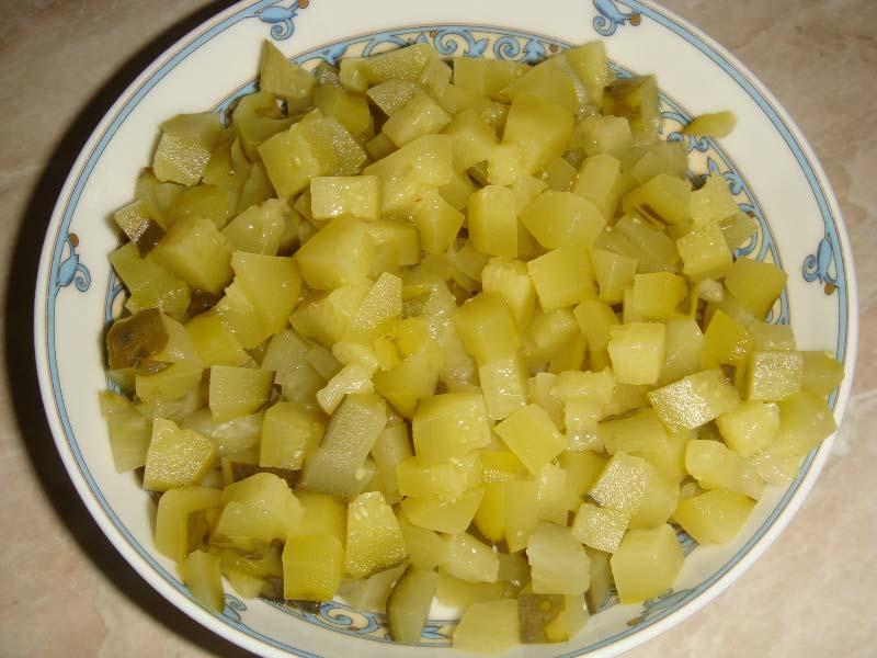 нарезать соленые огурцы