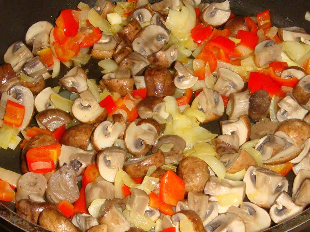 добавить и обжарить грибы