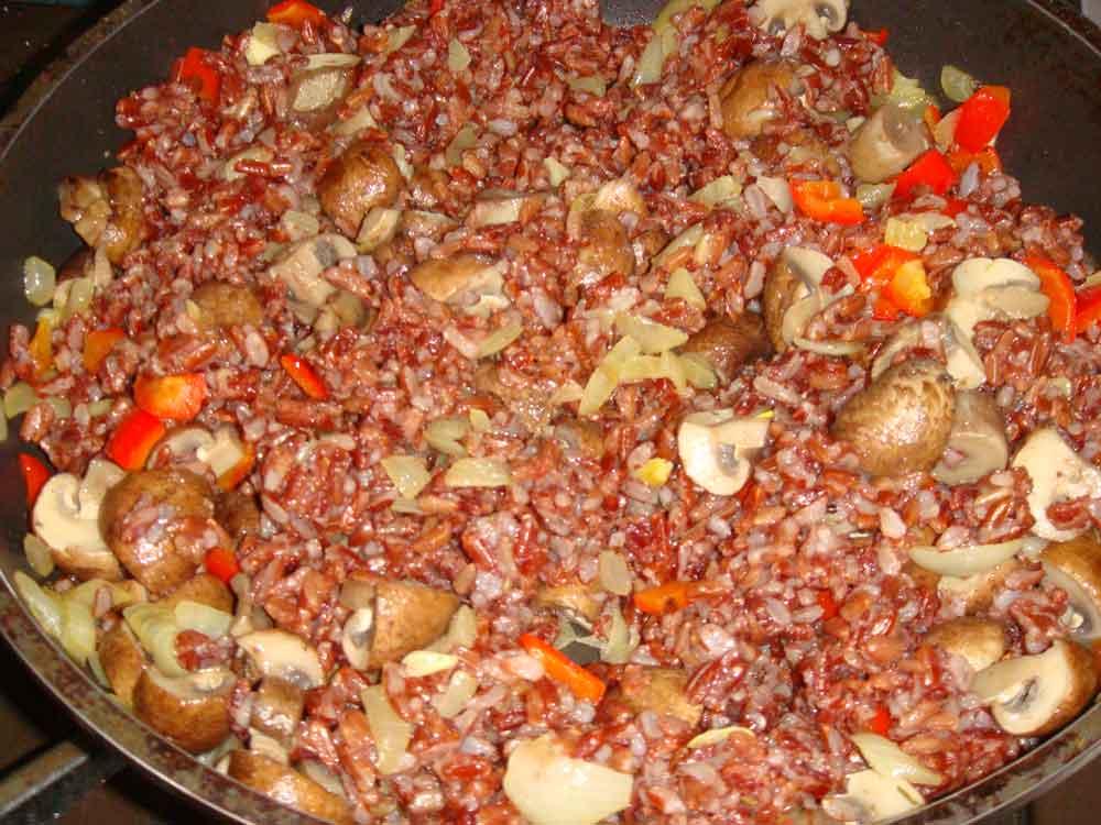 Добавить и протушить рис