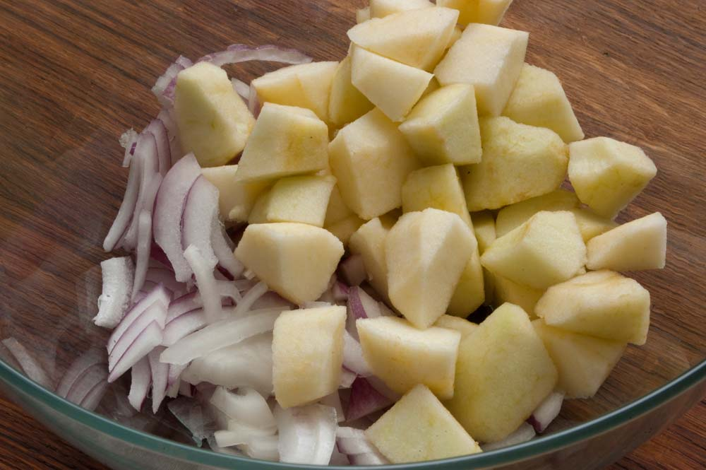 Нарезать лук и яблоки
