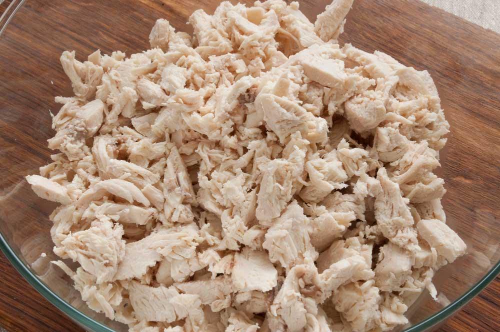мелко нарезать куриное филе