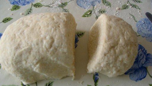 положить тесто в морозильную камеру