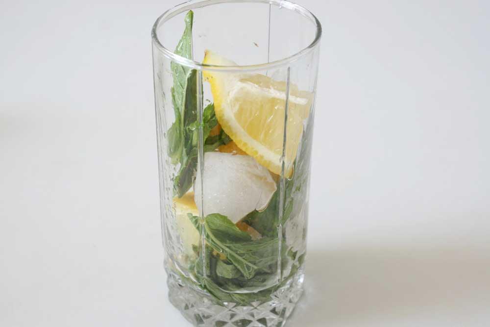 наполнить стакан мятой, лимоном и льдом