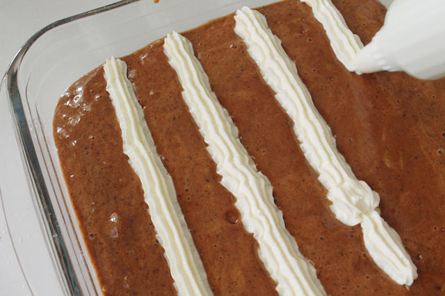 нанести крем на пирог