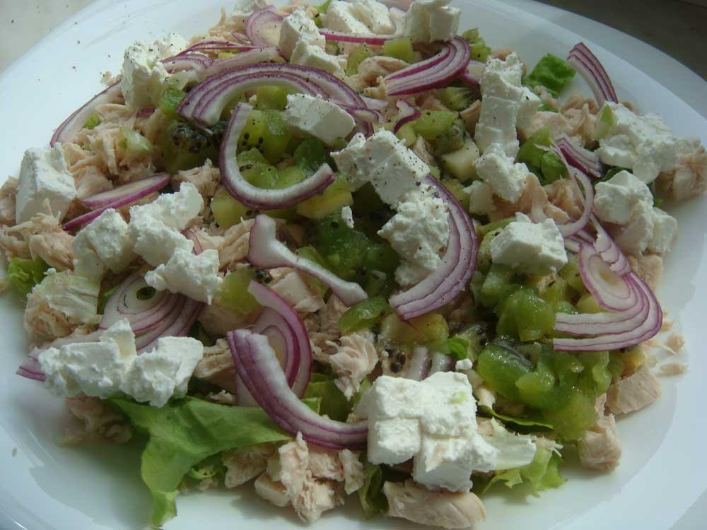 Заправьте салат и подавайте на стол