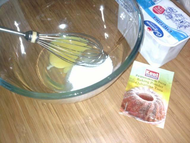 Добавить в сметану яйца, и перемешать