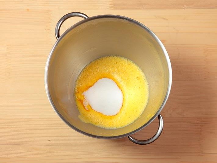 взбить яйца с сахаром и ванилью
