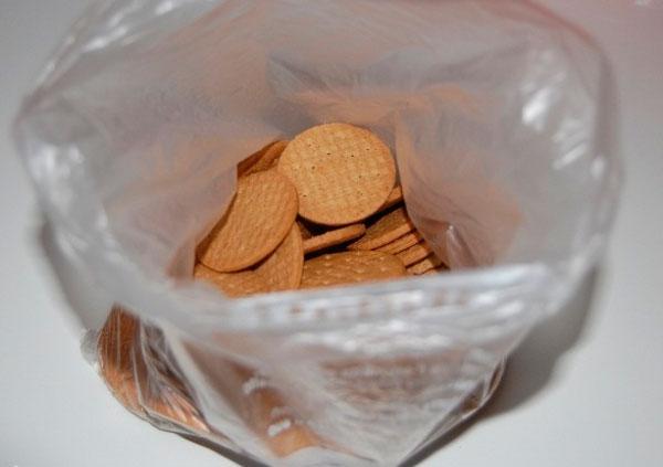 Печенье сложить в пакет