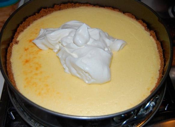 Вылить второй слой крема