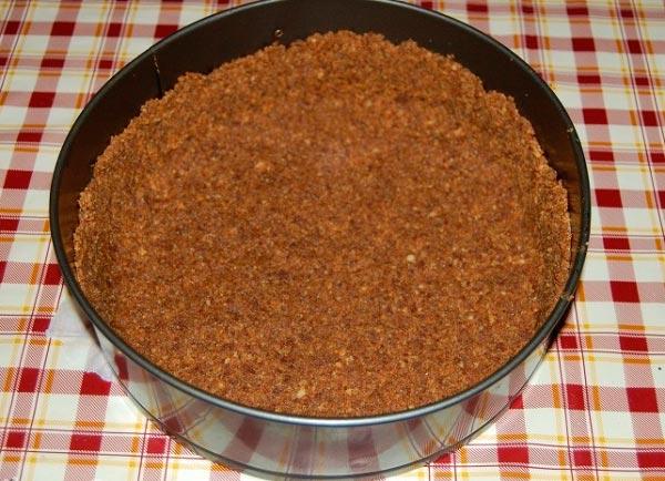 Перелить смесь в форму для выпечки