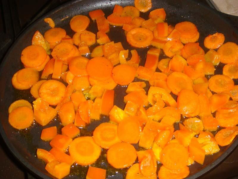 с морковью обжарить кубики перца
