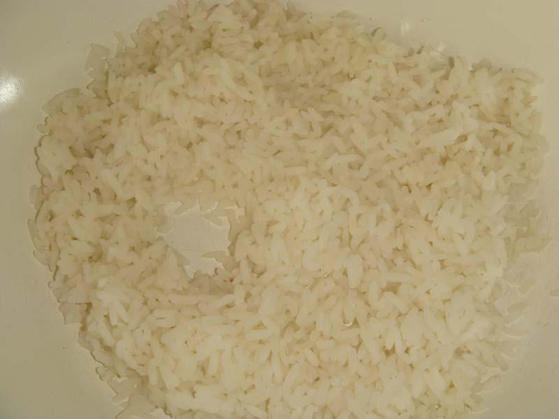 Отварить до полуготовности рис