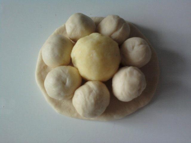 В центральный шар - положить картофельную начинку