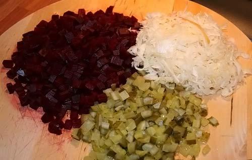Растительным маслом добавить соль и