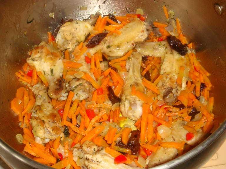 Обжарить курицу и морковь