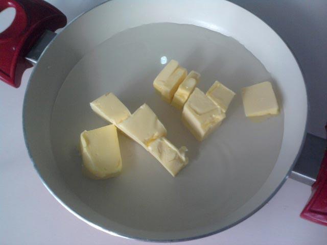 Налить в кастрюлю воду и положить масло