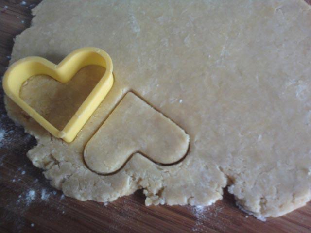 С помощью формы для печений вырезать кейки