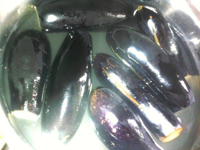 Опустить баклажаны в кипящую подсоленную воду