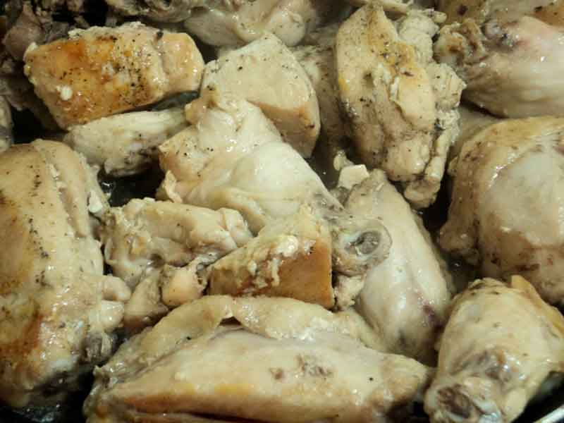 Обжарить курицу на оливковом масле