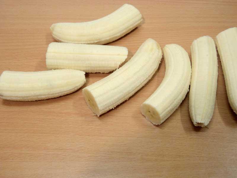 С бананов снять кожуру и разрезать на половинки,