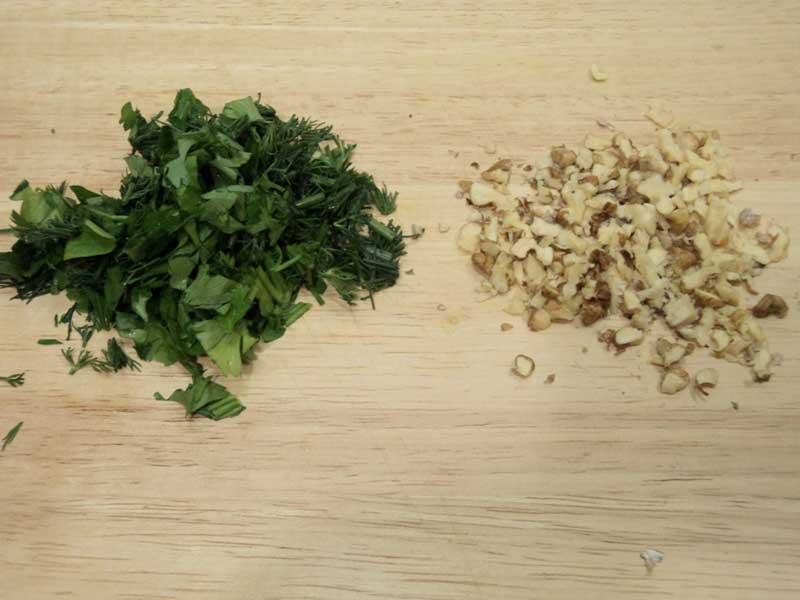нарезать зелень, и грецкие орехи