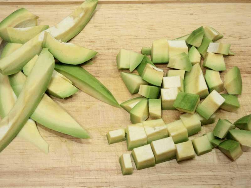 авокадо нарезать кубиками