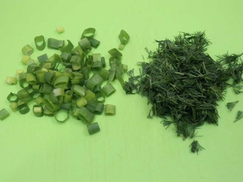 Измельчить зеленый лук и петрушку