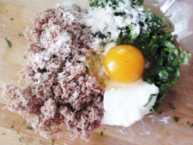 добавить сметану, яйцо и сыр