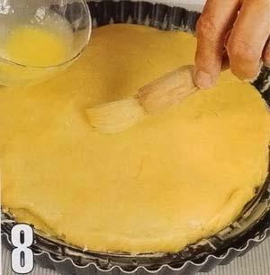 Смазать пирог желтком