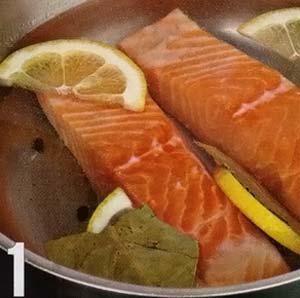 Положить филе лосося в кастрюлю