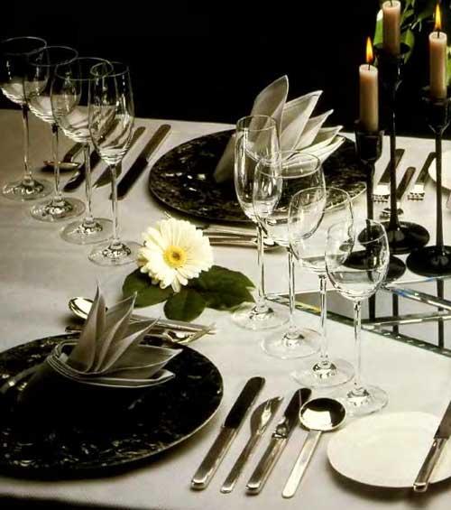 В ресторанах существуют два основных вида сервировки стола: предварительная (по меню заказных блюд) и банкетная.
